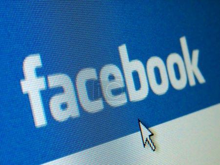 Photo pour WARSAW, POLOGNE - 23 AVRIL : écran LCD montrant le logo Facebook sur le fond bleu original. Facebook.com est le plus grand site de réseautage social au monde avec plus de 900 millions d'inscrits . - image libre de droit