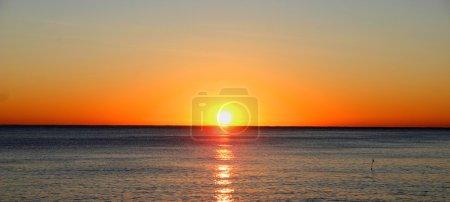 Photo pour Beau coucher de soleil sur l'océan - image libre de droit