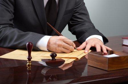 Photo pour Homme d'affaires, rédaction de testament au bureau de notaire - image libre de droit