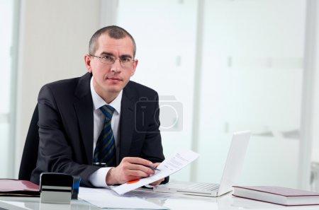 Photo pour Avocat ou notaire public sur son lieu de travail signature contrat - image libre de droit