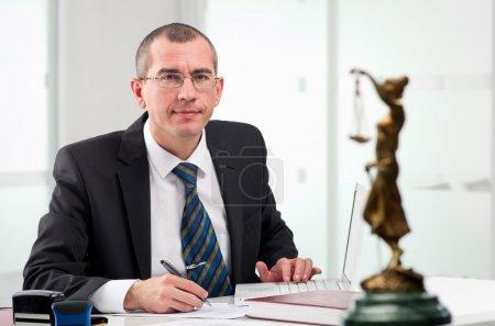 Photo pour Avocat ou notaire à bureau contemporain - image libre de droit