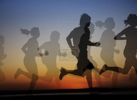 Photo pour Groupe de coureurs hommes et femmes sur le fond d'un beau coucher de soleil. collage - image libre de droit