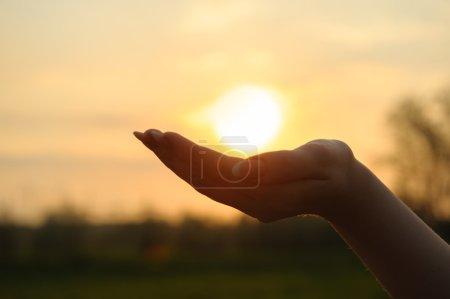 Photo pour Le coucher de soleil en main. Photographie abstraite en rétroéclairage - image libre de droit