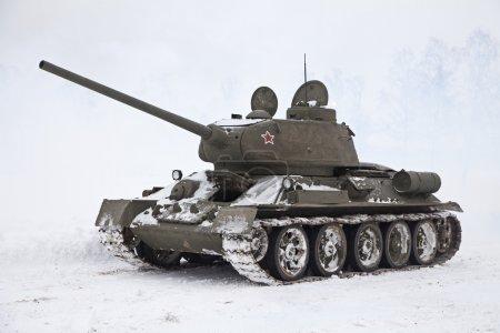 Photo pour Réservoir russe légendaire T34 dans une journée enneigée - image libre de droit