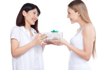 Photo pour Portrait de deux femmes avec un coffret cadeau isolé sur fond blanc . - image libre de droit