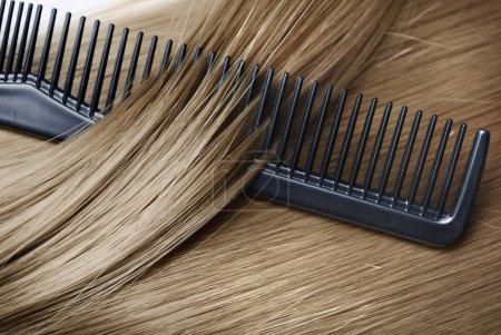Photo pour Cheveux blonds longs et sains et cumb - image libre de droit