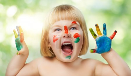 Photo pour Un bel enfant jouissant de la vie - image libre de droit