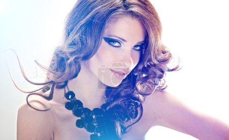 Photo pour Portrait de la belle jeune femme avec des cheveux longs en mouvement, studio tourné - image libre de droit