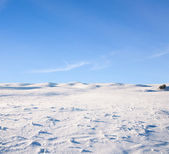 Snow mountain a modrá obloha