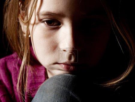 Photo pour Triste enfant sur fond noir. Portrait fille dépression - image libre de droit