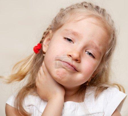 Photo pour L'enfant a mal à la gorge. Angine - image libre de droit