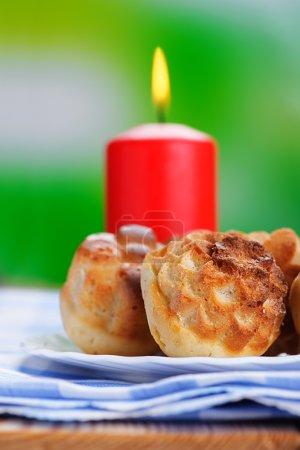 Photo pour Cupcakes et bougie rouge sur table en bois . - image libre de droit