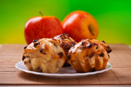 Three cupcake,apples