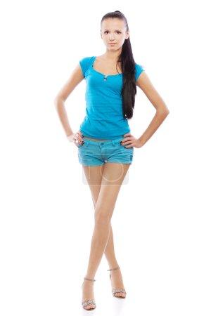 Photo pour Portrait de jeune belle femme en chemisier bleu et short à pleine hauteur, isolé sur fond blanc . - image libre de droit
