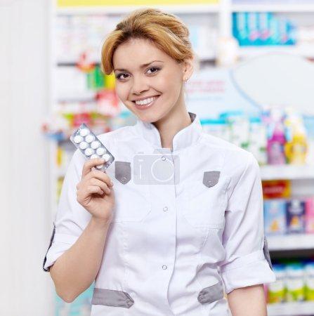 Photo pour Le pharmacien à la pharmacie des pilules - image libre de droit