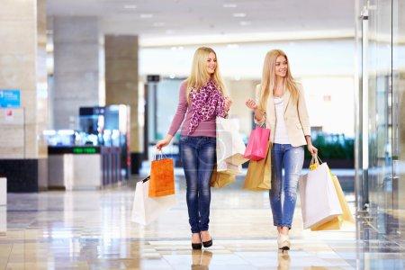 Photo pour Belle fille avec des sacs à provisions dans le magasin - image libre de droit