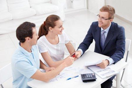 Photo pour Un homme donne un consultant de carte de crédit - image libre de droit