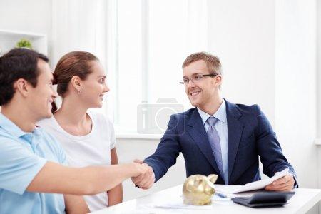 Photo pour Le consultant serre la main avec un homme - image libre de droit