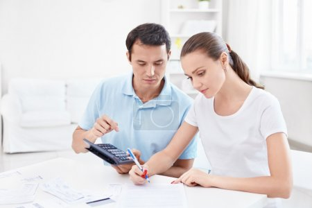 Photo pour Un jeune couple calcule Finance - image libre de droit