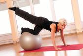 jeune femme en vêtements de sport, faire des exercices de remise en forme avec ballon forme