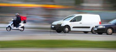 Photo pour Van et livreur avec pizza au téléphone sur embouteillage routier - image libre de droit