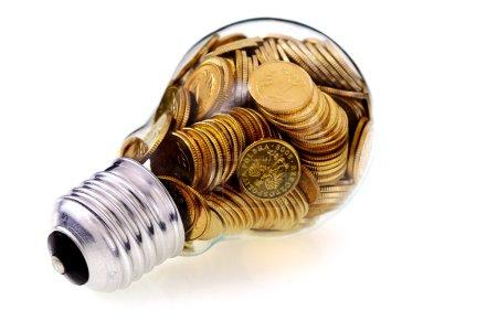 Photo pour Ampoule en verre traditionnelle et économies d'énergie, concept d'entreprise - image libre de droit