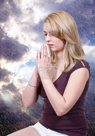 Photo pour Belle femme chrétienne dans une prière profonde - image libre de droit