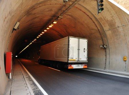 Photo pour Camion en tunnel - image libre de droit