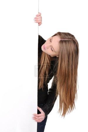 Photo pour Belle jeune femme tenant placard - image libre de droit
