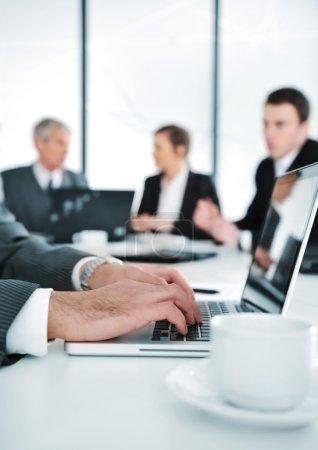 Photo pour Ambiance professionnelle, travail sur ordinateur portable pendant la réunion - image libre de droit
