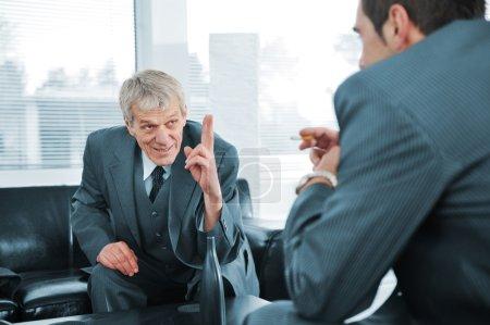 Photo pour Entreprise conversation tandis que le patron est doigt pointant - image libre de droit