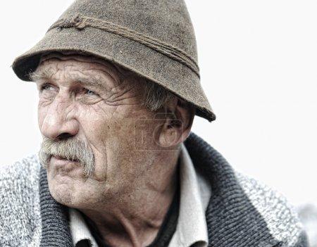 Photo pour Visage d'homme âgé sur fond blanc - image libre de droit