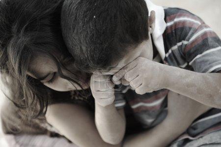 Photo pour Peu sale frère et sœur, pauvreté, mauvaise condition - image libre de droit