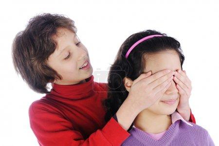 Photo pour Fille couvrant un yeux de filles pour voir si elle peut deviner qui est derrière elle - image libre de droit