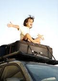 Malý chlapec, cestování na pytle, horní části vozu