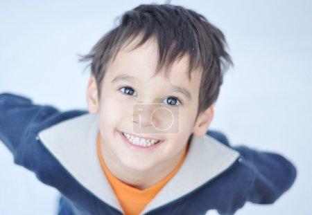 Photo pour Un petit enfant mignon - image libre de droit