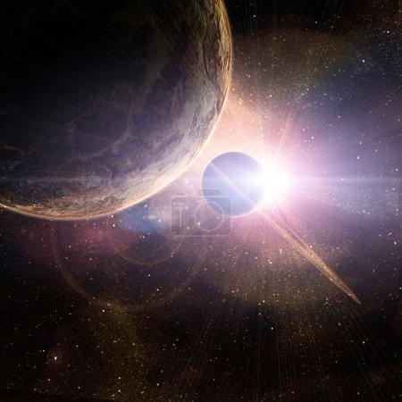 Photo pour Planète avec des anneaux au lever du soleil sur le fond du cosmos - image libre de droit