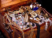 vieux coffre ouvert en bois avec des bijoux d'or
