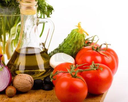 Photo pour Huile d'olive, tomates et autres légumes - image libre de droit