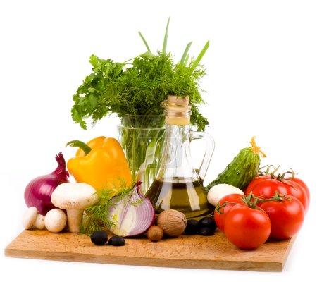 Photo pour Huile d'olive et légumes sur fond blanc - image libre de droit