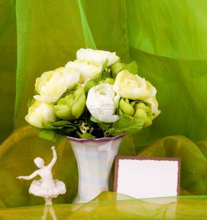 Photo pour Nature morte avec des fleurs blanches et bannière ajouter - image libre de droit