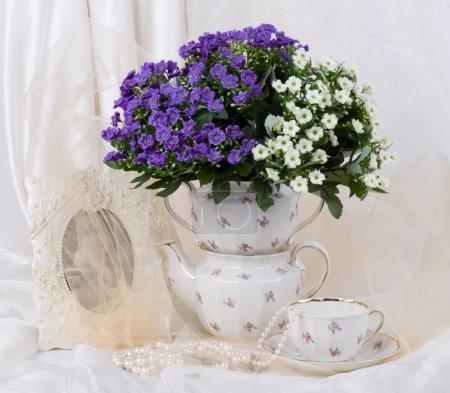 Photo pour Nature morte aux fleurs bleues - image libre de droit