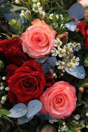 Foto de Arreglo floral con rosas rosadas y rojas grandes - Imagen libre de derechos
