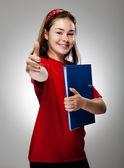 Dívka drží knihu zobrazeno ok ceduli na šedém pozadí