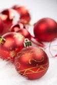 Vánoční koule na bílém pozadí