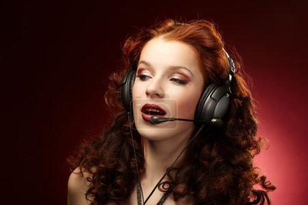 Photo pour Belles femmes avec un casque - image libre de droit