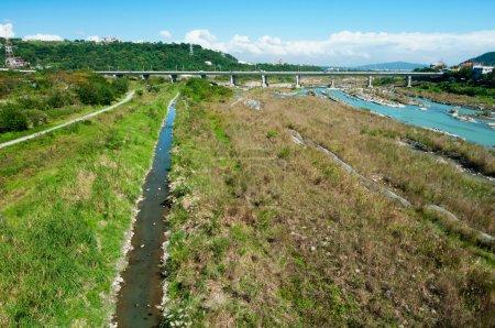 Photo pour Rivière et fossé d'irrigation à travers le pont - image libre de droit