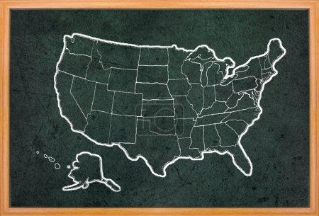 Photo pour Carte de l'Amérique dessiner sur le tableau noir grunge avec cadre en bois - image libre de droit