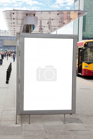 Photo pour Panneau d'affichage vide sur l'arrêt de bus pour votre publicité - image libre de droit