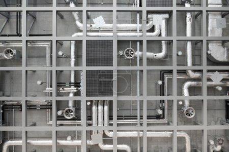 Photo pour Arrière-plan industriel de tuyaux et de ventilateurs au plafond - image libre de droit